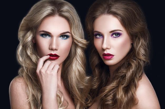 Retrato da moda da beleza de modelos femininos glamorosos