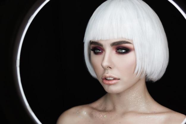Retrato da moda da jovem mulher bonita com cabelo loiro magnífico