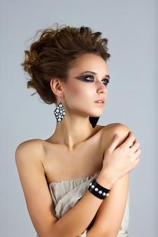 Retrato da moda da jovem mulher bonita
