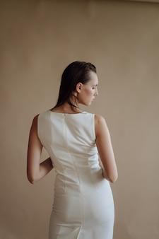 Retrato da moda da jovem mulher elegante
