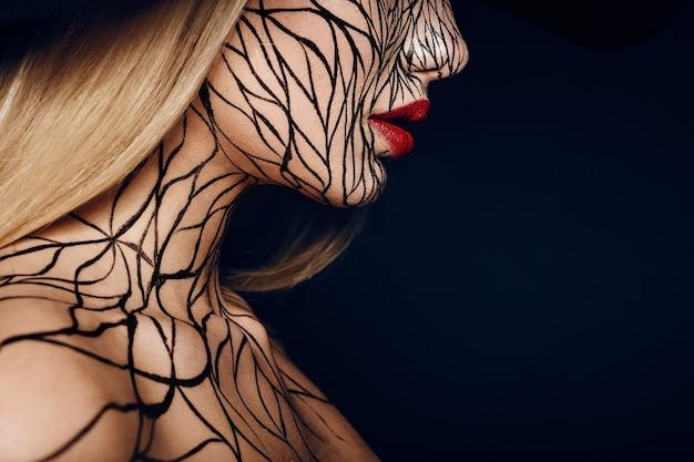 Retrato da moda da menina com lábios faceart e vermelho