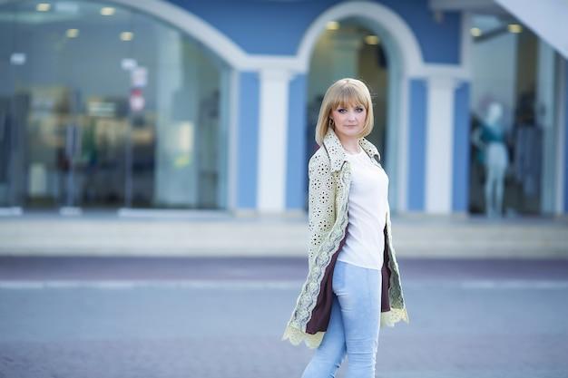 Retrato da moda da menina loira bonita hipster ao ar livre em dia de sol.