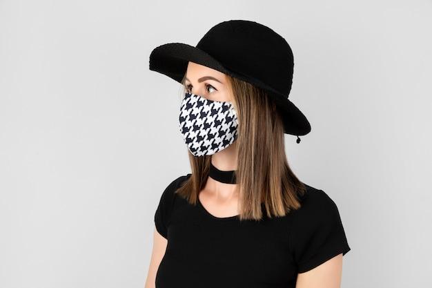 Retrato da moda da mulher bonita em máscara protetora na moda.