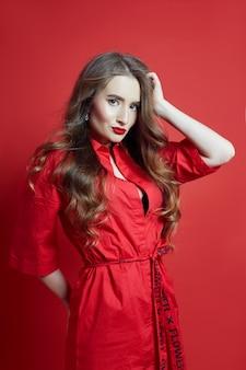 Retrato da moda da mulher de vestido vermelho, linda