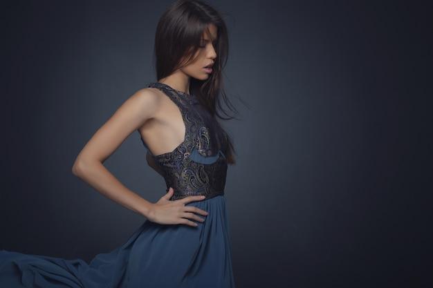 Retrato da moda da mulher elegante