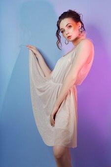 Retrato da moda da mulher maquiagem vermelho brilhante, encaracolado