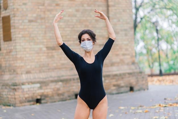 Retrato da moda da mulher sexy em máscara facial e lingerie no outono park. pandemia, vírus, coronavírus