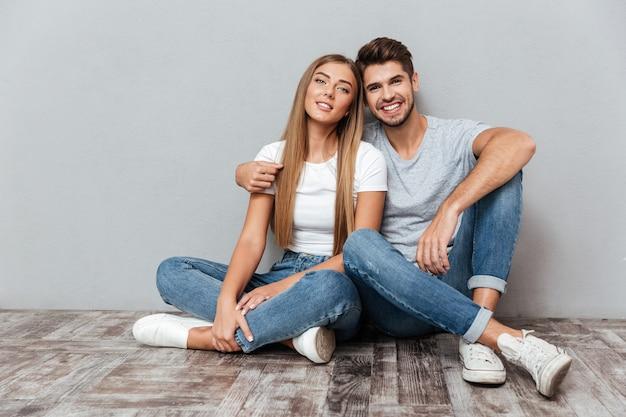Retrato da moda de casal olhando para a frente