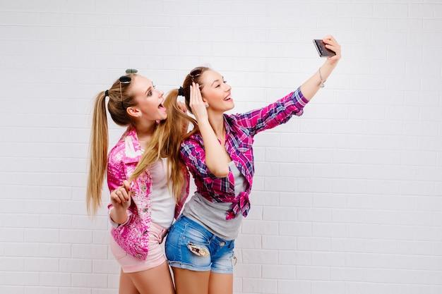 Retrato da moda de dois amigos posando. estilo de vida moderno