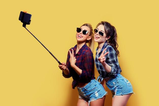 Retrato da moda de dois amigos posando.