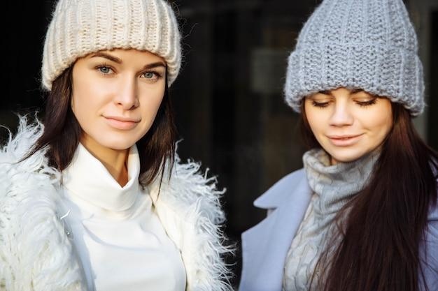 Retrato da moda de duas amigas sexy, andando na cidade de outono.