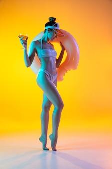 Retrato da moda de menina em trajes de banho elegantes