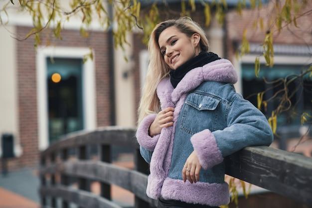 Retrato da moda de menina loira na cidade