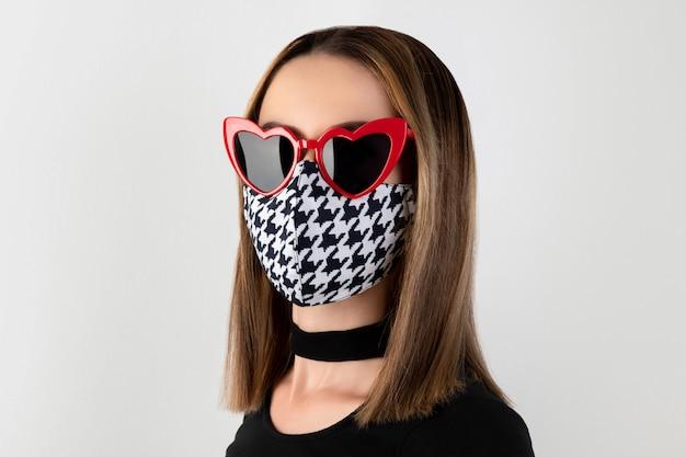 Retrato da moda de mulher bonita em máscara protetora da moda Foto Premium