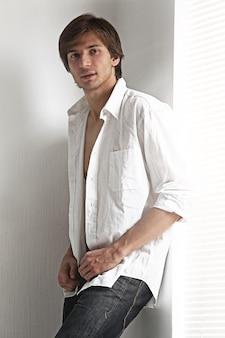 Retrato da moda de um homem jovem modelo