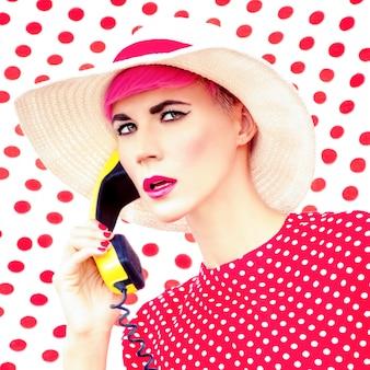 Retrato da moda de uma garota retrô com um telefone