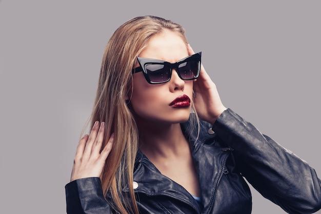 Retrato da moda de uma linda garota usando óculos escuros.
