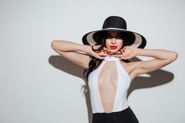 Retrato da moda de uma linda mulher sensual usando chapéu de verão