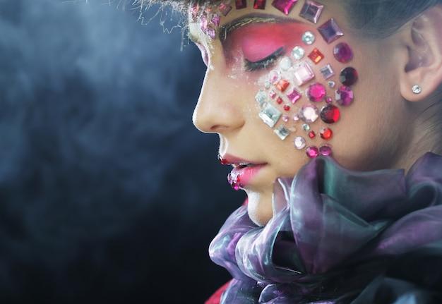 Retrato da moda de uma modelo linda com maquiagem criativa