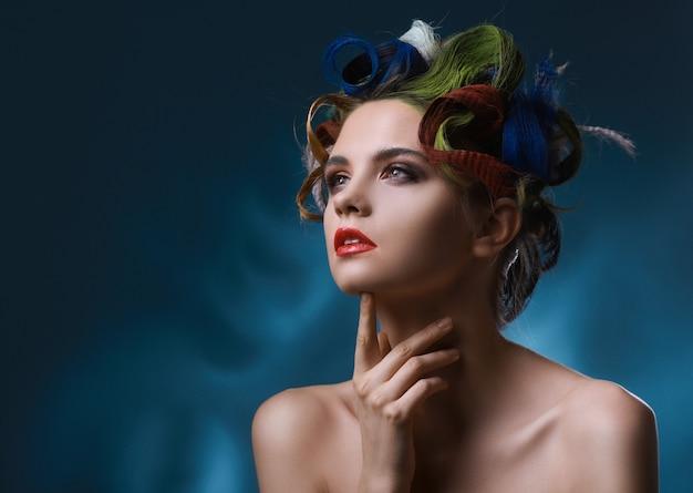 Retrato da moda de uma modelo linda com penteado chique