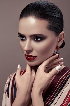 Retrato da moda de uma mulher com maquiagem esfumada nos olhos