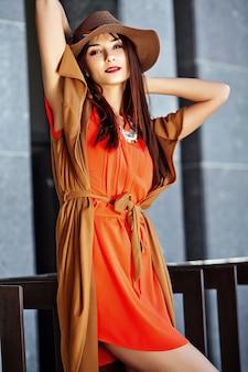 Retrato da moda do modelo de mulher jovem hippie em dia ensolarado de verão em roupas brilhantes hipster colorido no chapéu
