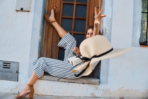 Retrato da moda elegante jovem posando na rua.