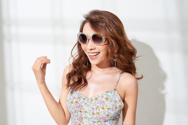 Retrato da moda estilo de vida de sensual linda jovem asiática se divertindo e sorrindo
