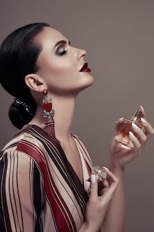 Retrato da moda uma mulher com perfume