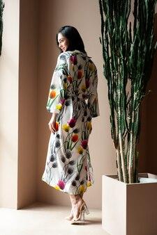 Retrato da modelo adolescente morena linda glamour com roupas hipster de verão