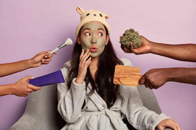 Retrato da modelo morena surpresa passando por tratamentos de beleza