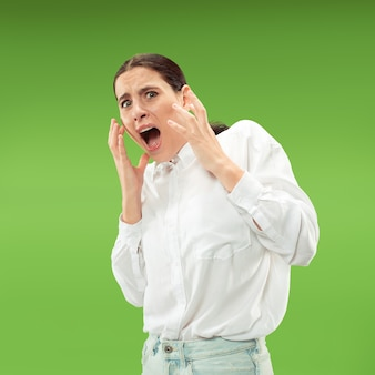 Retrato da mulher assustada no verde