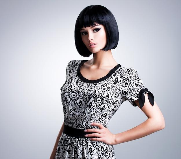 Retrato da mulher bonita com cabelos pretos lisos e maquiagem de noite