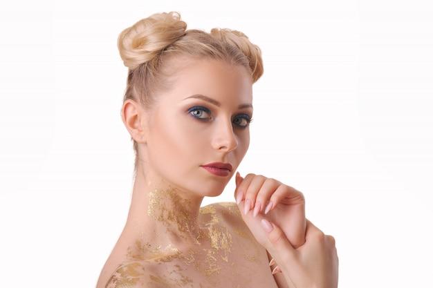 Retrato da mulher bonita com composição brilhante no fundo isolado branco, conceito facial dos cuidados com a pele