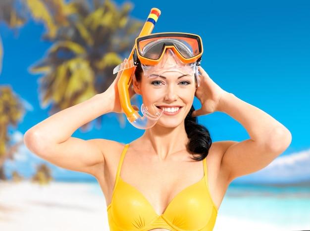 Retrato da mulher bonita feliz desfrutando na praia.