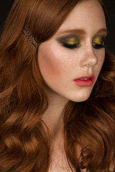 Retrato da mulher com cabelo encaracolado bonito encaracolado bonito.