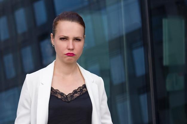 Retrato da mulher de negócios triste da virada que olha a câmera ao ar livre. desagradou a garota de escritório chorando no trabalho. trabalho estressante difícil, fracasso. foi demitido. fim de férias. má sorte. cópia de. espaço.