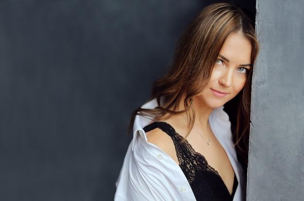 Retrato da mulher de sorriso bonita feliz menina encantadora em roupas brancas