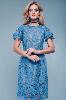 Retrato da mulher elegante bonita elegante vestido azul