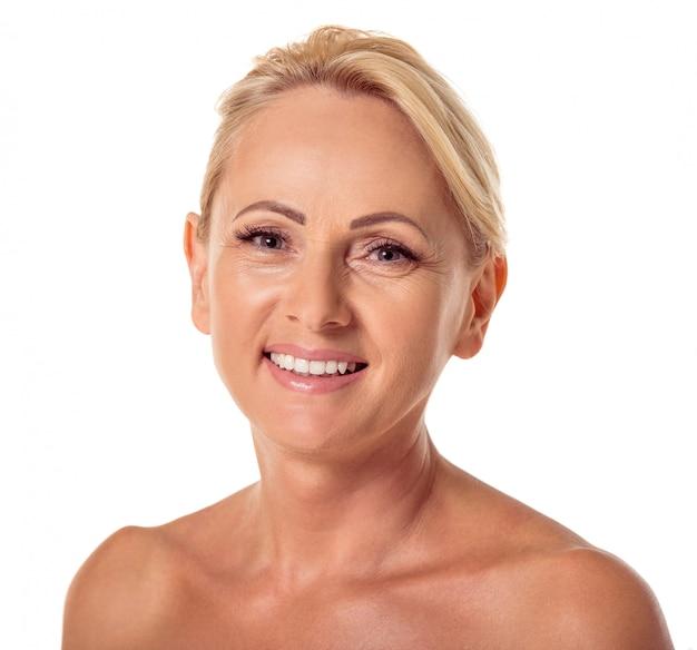 Retrato da mulher envelhecida média bonita com cabelo louro.