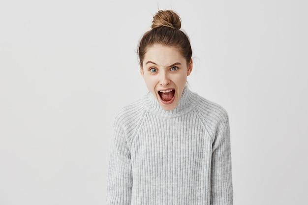 Retrato da mulher furioso que shouting levantando uma sobrancelha. reação nervosa da diretora de elenco feminina gritando em desacordo. conceito de emoções