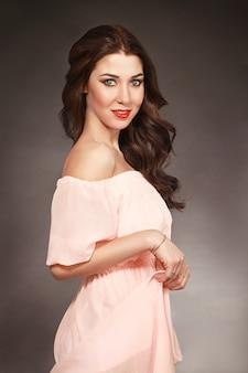 Retrato da mulher ideal no vestido rosa. moda