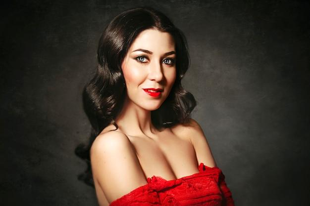 Retrato da mulher ideal no vestido vermelho. moda