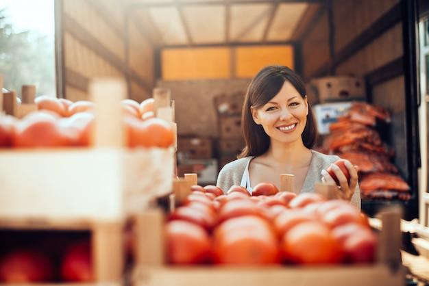 Retrato da mulher no mercado verde. controle de qualidade do produto.