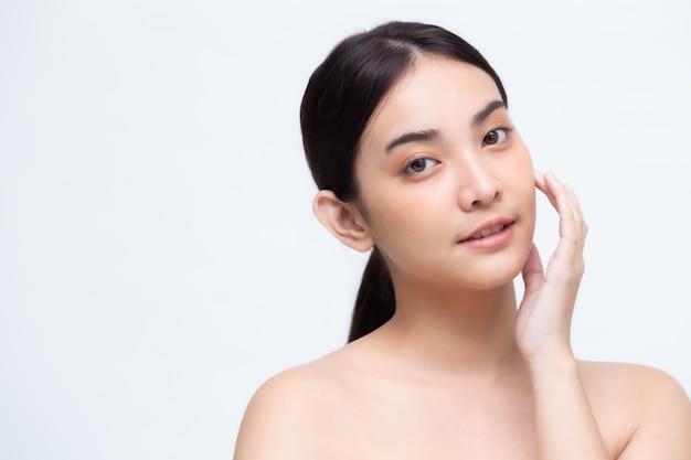 Retrato da pele perfeita saudável do espaço asiático da mulher da beleza isolado. conceito de skincare de tratamento facial de clínica de beleza
