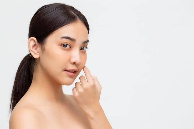 Retrato da pele perfeita saudável do espaço asiático da mulher da beleza isolado na parede branca. conceito de skincare de tratamento facial de clínica de beleza