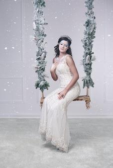 Retrato da rainha do gelo sentada em um balanço
