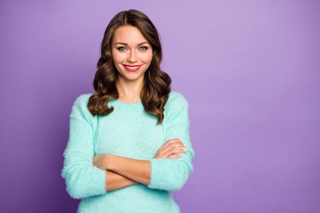 Retrato da senhora bonita engraçada bonita penteado encaracolado de bom humor braços cruzados radiante sorridente usar suéter fofo pastel azul-petróleo.