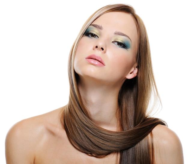 Retrato da sensualidade e beleza de uma jovem bonita com cabelos lisos