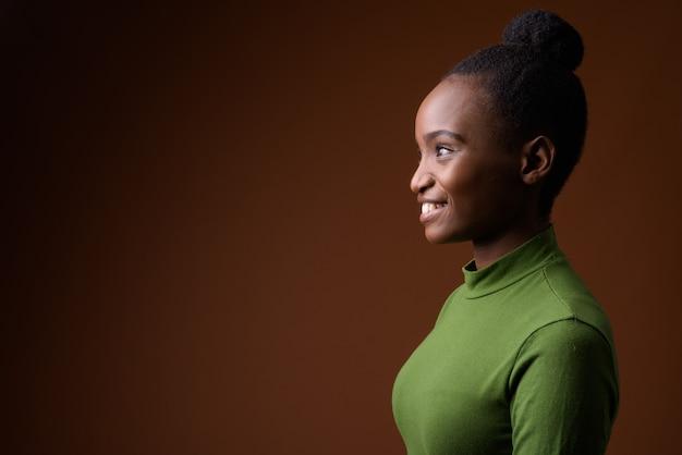 Retrato da vista de perfil de uma jovem empresária zulu africana sorrindo